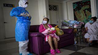 أمٌ مصابة بفيروس كورونا ترضع طفلها في في المعهد الوطني للتوليد في ليما بالبيرو.