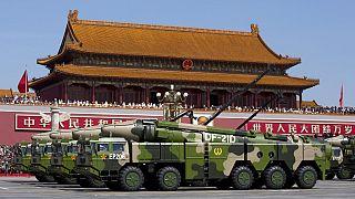 Ballisztikus rakéták egy pekingi katonai parádén 2015-ben