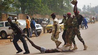 Orta Afrika Ordusu (FACA) mensubu askerler, Müslüman bir kişinin cesedini sürüklerken (arşiv)