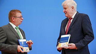 Präsident des Bundesamtes für Verfassungsschutz, Thomas Haldenwang und der deutsche Innenminister Horst Seehofer beim Vorstellen des Verfassungsschutzbericht für 2019