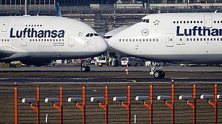 Ein Airbus A380 (links) und eine Boeing 747 (rechts) auf dem Flughafen Frankfurt, 14.02.2019