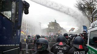 تستخدم الشرطة خراطيم المياه لتفريق المتظاهرين قرب مقر البرلمان الفيدرالي الألماني، في احتجاجات ضد قيود فيروس كورونا، برلين، ألمانيا، 18 نوفمبر 2020