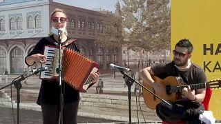 المغنون والموسيقيون غاضبون لاستمرار حظر حفلاتهم رغم فتح الحانات في تركيا