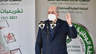 الرئيس الجزائري عبد المجيد تبون يتحدث خارج مركز اقتراع في بوشاوي، في الضواحي الغربية للعاصمة الجزائرية خلال الانتخابات البرلمانية لعام 2021، 12 يونيو 2021