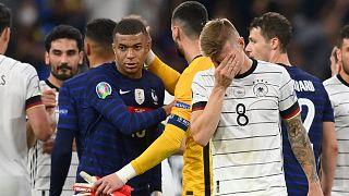 Le gardien et capitaine de l'Equipe de France, Hugo Lloris, félicitant Kylian Mbappe après la victoire des Bleus sur l'Allemagne, le 15 juin 2021 à Munich