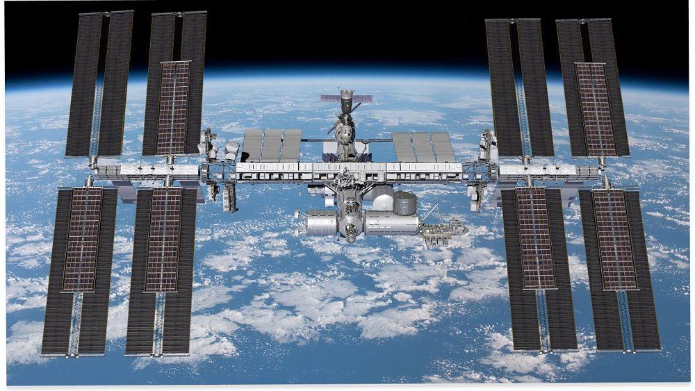 Tonton: Astronot Prancis dan AS melakukan perjalanan luar angkasa untuk memasang sistem panel surya di ISS