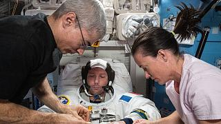 Thomas Pesquet testant sa combinaison spatiale avec les astronautes américains Mark Vande Hei et  Megan McArthur, à bord de l'ISS