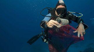 Des plongeurs trouvent des déchets plastiques dans la mer à proximité de Sharm el Sheik, en Egypte