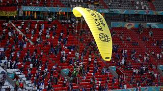 فرود چترباز معترض در حین مسابقه فوتبال یورو۲۰۲۰ بین آلمان و فرانسه