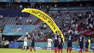 Посадка парапланериста Greenpeace на стадион в Мюнхене 15 июня 2021