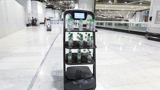 السعودية نيوز |      شاهد: روبوتات ذكية توزع ماء زمزم في مكة المكرمة لتجنب الاحتكاك بين الحجاج