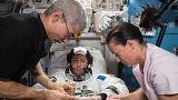 Thomas Pesquet testet seinen Raumanzug mit den amerikanischen Astronauten Mark Vande Hei und Megan McArthur, an Bord der ISS