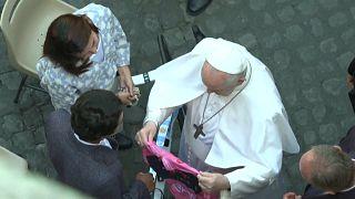 Egan Bernal y su novia entregan al papa Francisco la maglia rossa de ganador del Giro de Italia