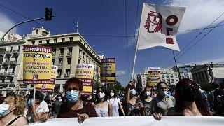 متظاهرون يتوجهون نحو البرلمان ، خلال إضراب عمالي لمدة 24 ساعة في أثينا ، الخميس 10 يونيو 2021.