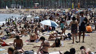 آفتابگرفتن شهروندان اسپانیایی در سواحل بارسلون