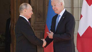 Joe Biden e Vladimir Putin si stringono la mano all'arrivo al meeting