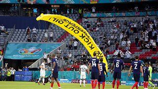 A Greenpeace aktivistája földet ér a müncheni stadionban a Németország-Franciaország Eb-mérkőzés alatt 2021. június 15-én