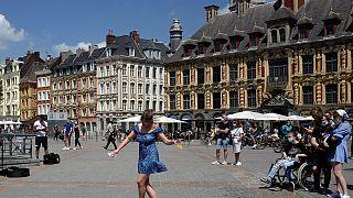 Κεντρική πλατεία της Λιλ στη βόρεια Γαλλία μετά το άνοιγμα της εστίασης έπειτα από πολλές εβδομάδες lockdown