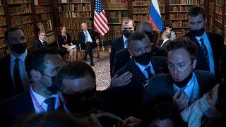 شاهد: صياح وتدافع وفوضى أثناء تغطية الإعلاميين لاجتماع بايدن وبوتين