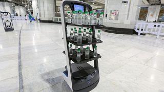 توزیع آب زمزم در مکه توسط رباتها