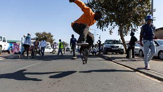 شاهد: متزلجو الألواح يحتفلون بيوم الشباب في جنوب إفريقيا