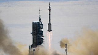 Décollage réussi pour la fusée chinoise Longue-Marche 2F depuis le pas de tir de la base de Jiuquan, dans le désert de Gobi, le 17 juin 2021