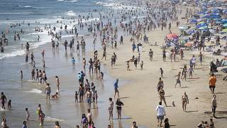شاطئ هنتنغتون في كاليفورنيا، خلال موجة حر.
