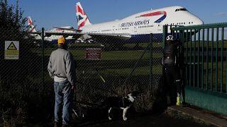 طائرة من طراز بوينغ 747-400 التابعة للخطوط الجوية البريطانية في مطار كوتسوورلد في كيمبل بإنجلترا