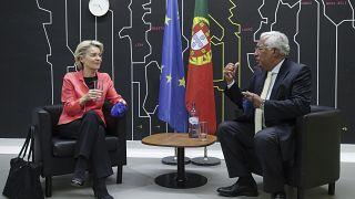 رئيس الوزراء البرتغالي أنطونيو كوستا ورئيسة المفوضية الأوروبية أورسولا فون دير لاين ، لشبونة، 16 حزيران/يونيو 2021