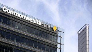 العلامة التجارية لبنك الكومنولث في مقره الرئيسي في سيدني، استراليا.