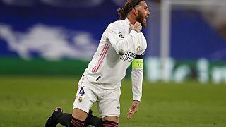 Sergio Ramos, del Real Madrid, gesticula durante el partido de fútbol de semifinales de la Liga de Campeones entre el Chelsea y el Real Madrid.