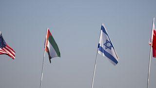 الأعلام الأميركي والإماراتي والإسرائيلي والبحريني فوق جسر السلام (إسرائيل)