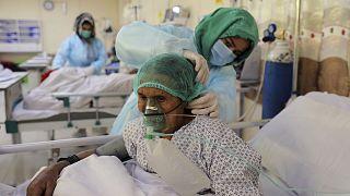 Afganistan'ın başkenti Kabil'de bir hastanede koronavirüs tedavisi gören bir kadın