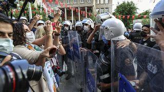 İzmir'in Konak ilçesindeki HDP İl Başkanlığına saldırı