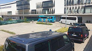 A francia válogatott busza az MTK stadionjánál