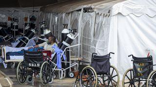 مصاب يعالج في وحدة طوارئ مؤقتة في مستشفى ميداني ستيف بيكو في بريتوريا، جنوب إفريقيا