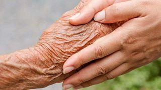 Yaşlı ve genç iki insanın elleri