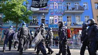 Almanya'da polis aşırı solcu gruplar tarafından işgal edilen binaya zor kullanarak girdi