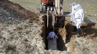 به خاک سپردن یک بیمار کووید در نزدیکی کابل