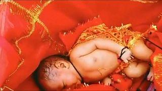 La neonata ritrovata dentro una scatola nel fiume Gange, in India
