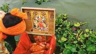 Das Baby in der Kiste auf dem Ganges in Indien