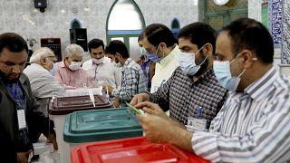 صناديق الاقتراع في مركز اقتراع في طهران