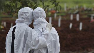 مقبرة بادورينان تم افتتاحها لاستيعاب الزيادة الكبيرة في الوفيات أثناء تفشي فيروس كورونا في بيكاسي، إندونيسيا.