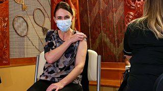 رئيسة وزارء نيوزيلندا جاسندا أرديرن تتلقى الجرعة الأولى من لقاح فايزر المضاد لكورونا. 18/06/2021