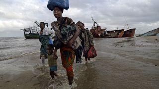 famiglie sfollate arrivano dopo essere state salvate in barca da una zona allagata del distretto di Buzi, 200 chilometri (120 miglia) fuori Beira, Mozambico.