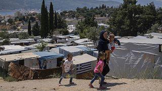 Réfugiée afghane et ses trois enfants dans un camp sur l'île grecque de Samos, le 11 juin 2021