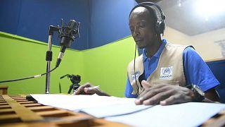 Refugiado estudante faz programa de rádio nas instalações do Conselho Internacional de Rádios e Televisões de Expressão Francesa