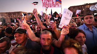 Los partidarios del primer ministro Nikol Pashinyan asisten a un mitin en el centro de Ereván, Armenia, el 17 de junio de 2021.