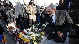 Nikol Pasinján a Hegyi-Karabahért vívott háborúban elesett hősök emlékére rendezett felvonuláson,