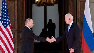 الرئيس الروسي فلاديمير بوتين يصافح الرئيس الأمريكي جو بايدن قبل القمة الأمريكية الروسية في جنيف.